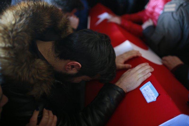 一位伊斯坦堡夜店恐攻的受害者親友,趴在死者的靈柩上不能自己。(美聯社)