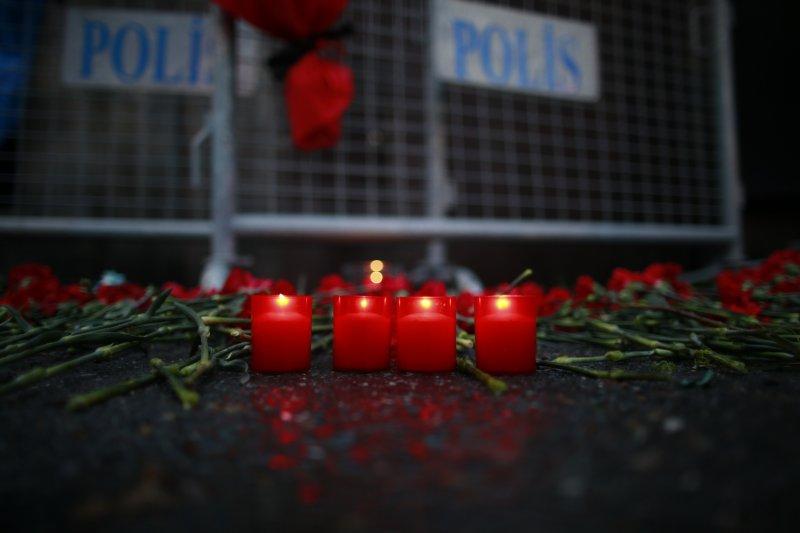 伊斯坦堡夜店恐攻現場2日被放滿了花朵與悼念的蠟燭。(美聯社)