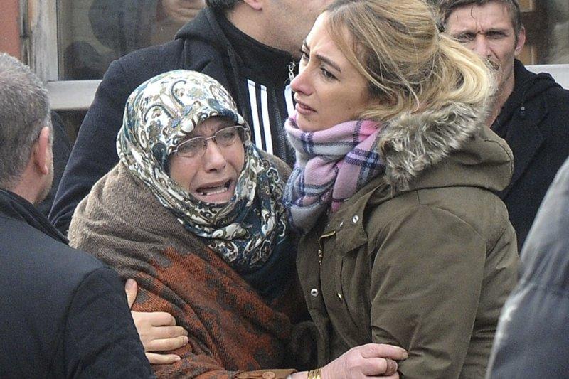 伊斯坦堡夜店恐攻的死者親友難以接受殘酷的事實。(美聯社)