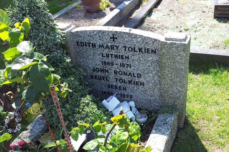 托爾金與妻子合葬的墓碑(Twooars@Wikipedia/CC BY-SA 3.0)