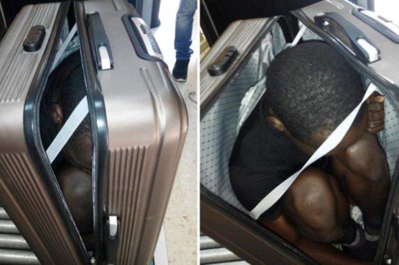 西班牙警方公布非法移民躲在行李箱試圖闖關的照片(BBC中文網)