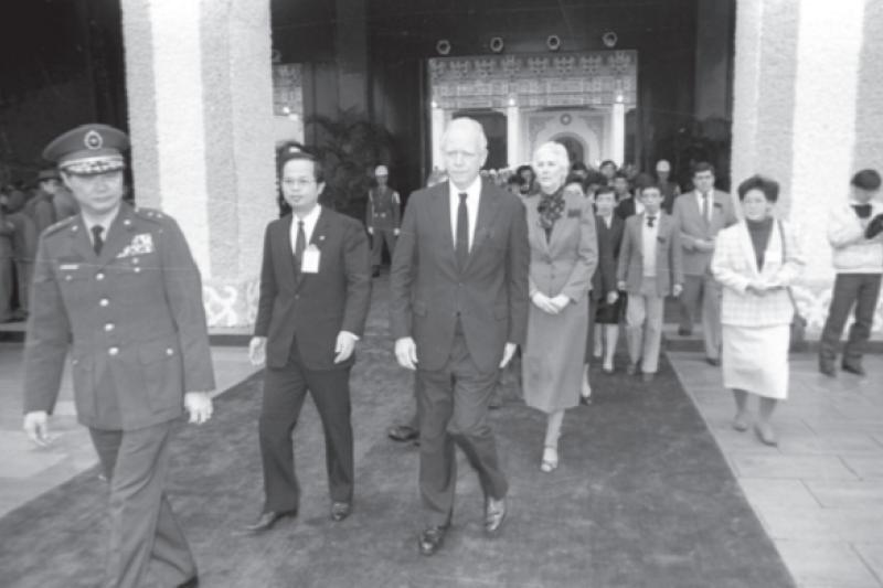 1988年1月26日上午,美國在臺協會臺北辦事處處長丁大衛夫婦(左三、左四)到圓山忠烈祠向故總統蔣經國致悼。(遠足文化提供)