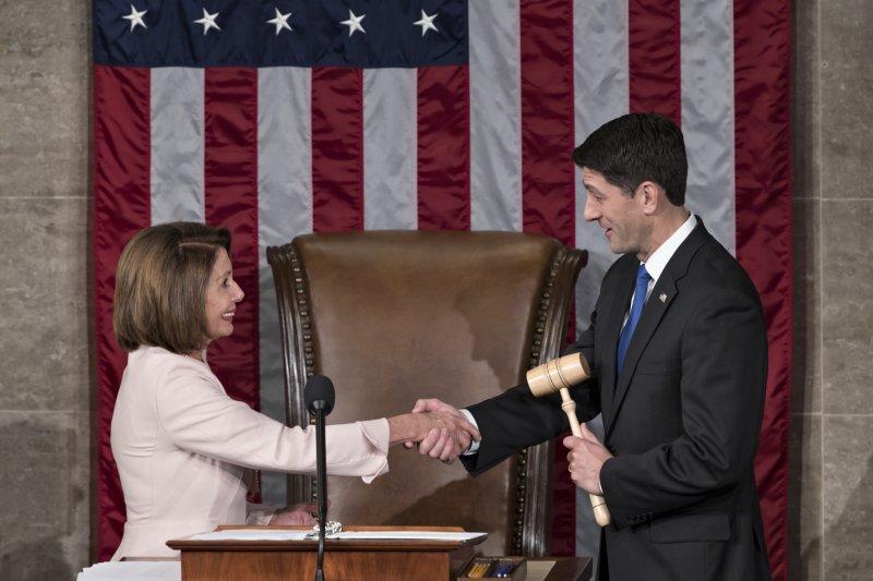 美國第115屆國會開議,眾議院議長萊恩(右)與眾議院民主黨領袖裴洛西握手致意(AP)