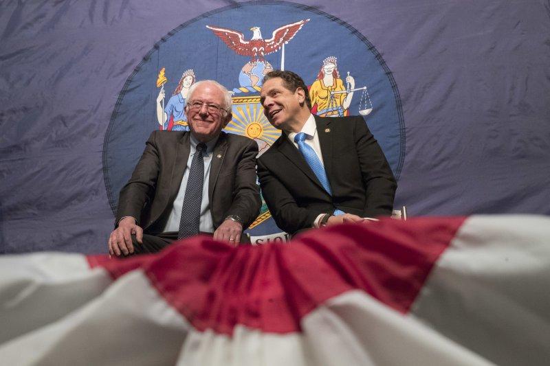 桑德斯(左)與紐約州長郭謨推動公立大學免學費。(美聯社)