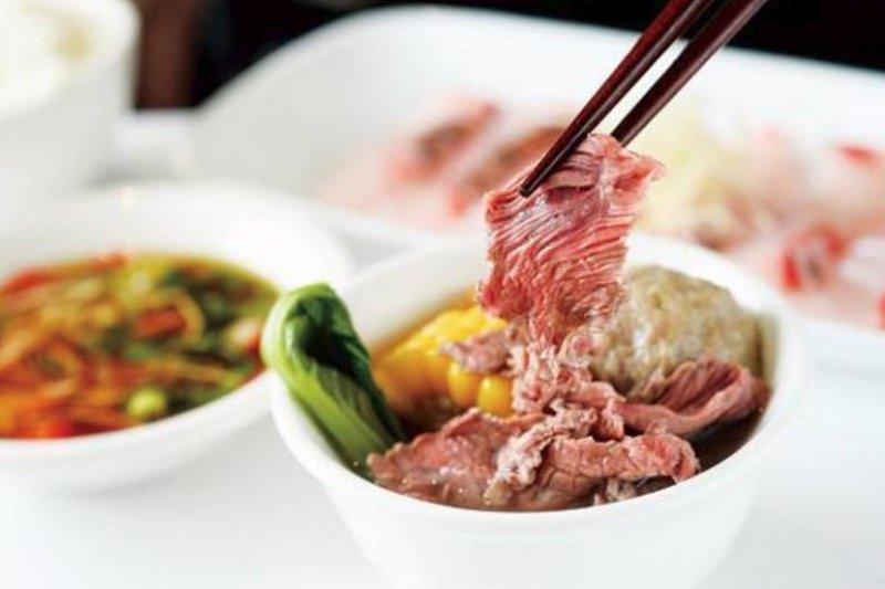 粉色帶血的牛肉湯是台南小吃一大特色。(圖/永林綜合料理@facebook)
