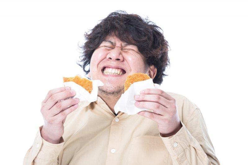 日常飲食多加注意、多喝水、多運動,可減少膽結石形成機率。(圖/すしぱく@pakutaso)