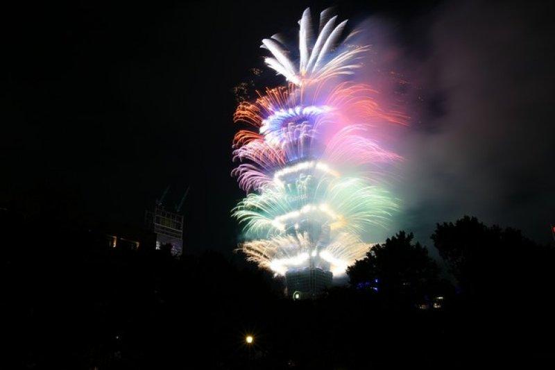 日韓旅客跨年夜等了又等,就是等不到101上投出日、韓文的新年祝福。(圖/遠見雜誌提供)
