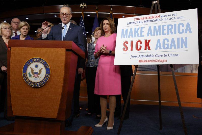 美國聯邦參議院民主黨團領袖舒默(左)和聯邦眾議院民主黨團領袖裴洛西稱廢除歐巴馬健保是個大錯誤(AP)