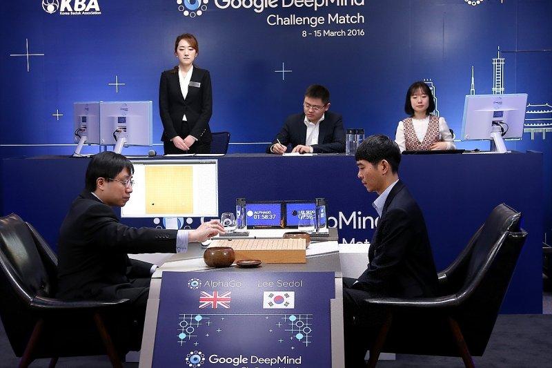 南韓棋手李世石九段(前右)2016年3月15日在首爾與「AlphaGo」第五場對弈。(新華社)