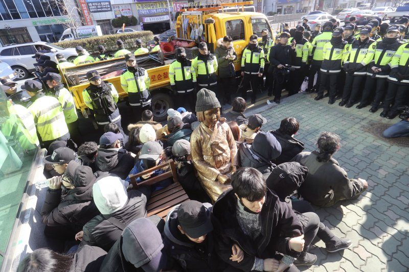南韓市民團體2016年12月在釜山的日本總領事館前,設置象徵戰時受害慰安婦的少女雕像。(AP)