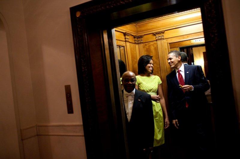 第一夫人蜜雪兒和歐巴馬總統,愜意地拿著「五月五日節」慶祝會上的墨西哥薄餅走入電梯中,準備回到他們的處所。(取自White House)