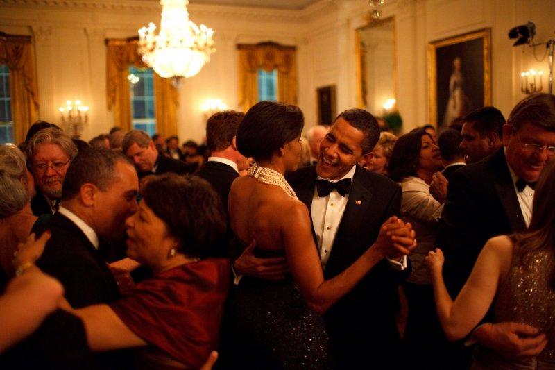 歐巴馬總統開心的擁著妻子,在「地,風與火樂團」(Earth, Wind and Fire)的演奏下,於州長舞會(Governors Ball)上翩然起舞。(取自White House)