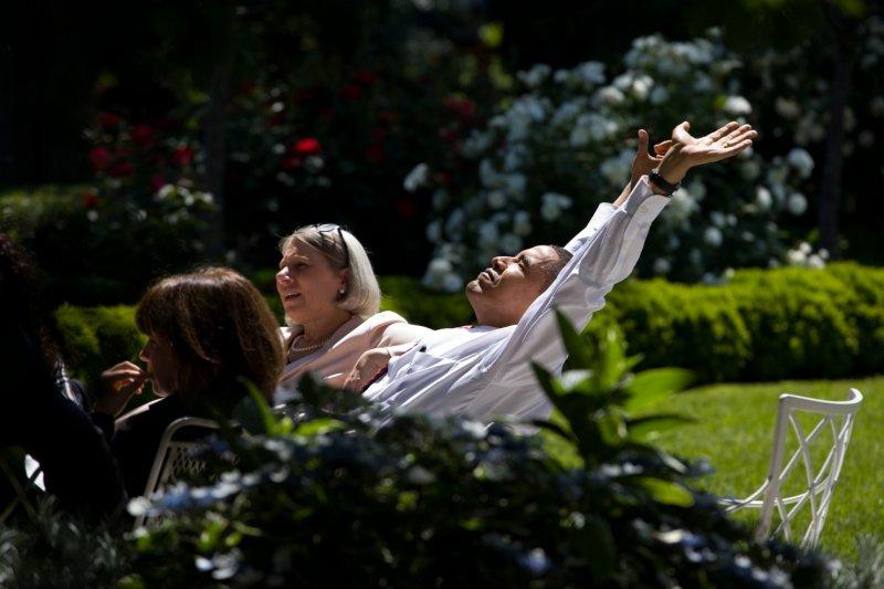 2009年在一個美好的五月早晨,歐巴馬總統決定把他跟高級顧問們的會議移到白宮裡的玫瑰花園(Rose Garden)。(取自White House)