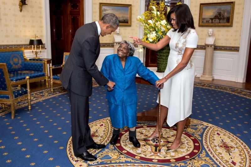 2016年二月正逢美國的「黑人歷史月」(African American History Month),總統夫婦在白宮裡接見現年106歲的人瑞麥洛林(Virginia McLaurin)。(取自White House)