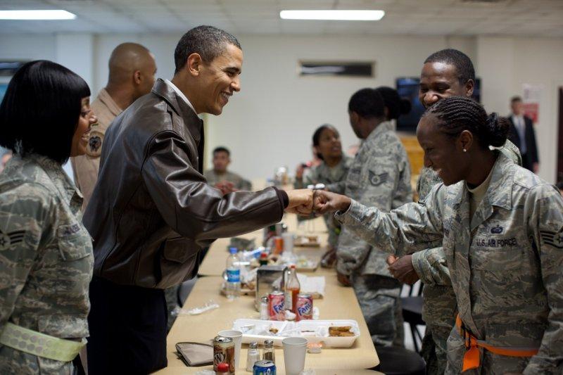 2010年,歐巴馬總統到巴格蘭(Bagram)空軍基地探視在當地駐紮的美國大兵們,在他的任期內已探訪阿富汗四次,在國外旅遊的時間加起來將近七個月長。(取自White House)