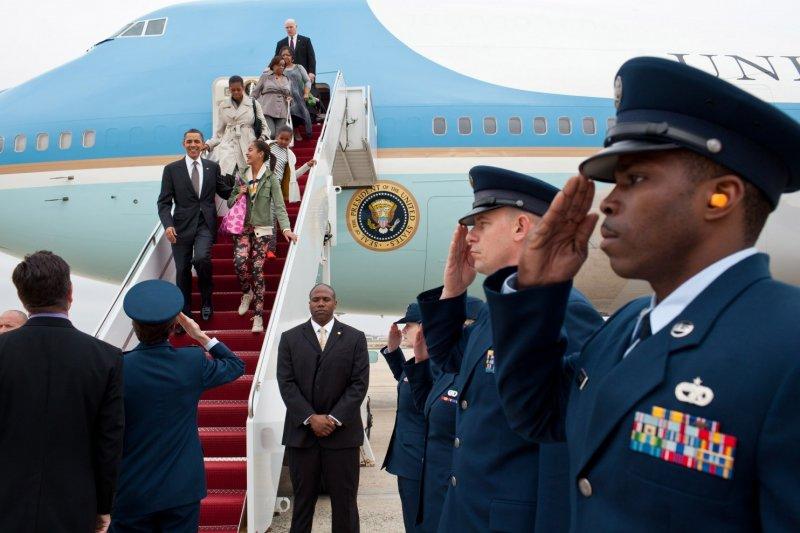 美國第一家庭在2011年三月訪問完巴西、智利和薩爾瓦多後,乘坐空軍一號回國。(取自White House)