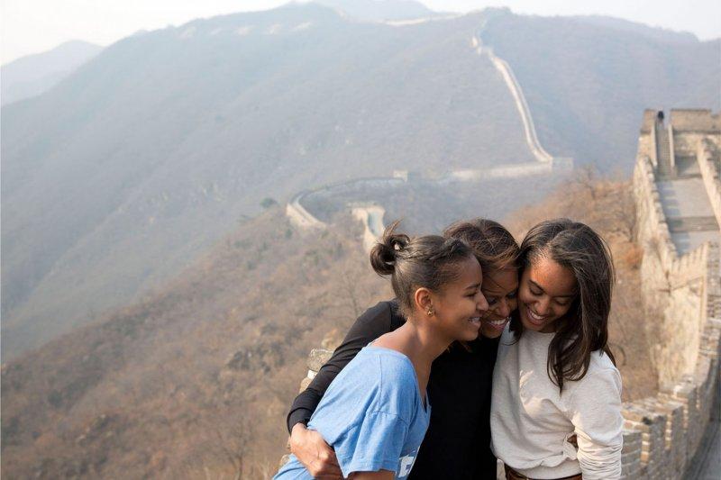 第一夫人蜜雪兒在中國長城上擁抱著女兒瑪麗亞(Malia)與莎夏(Sasha)。(取自White House)