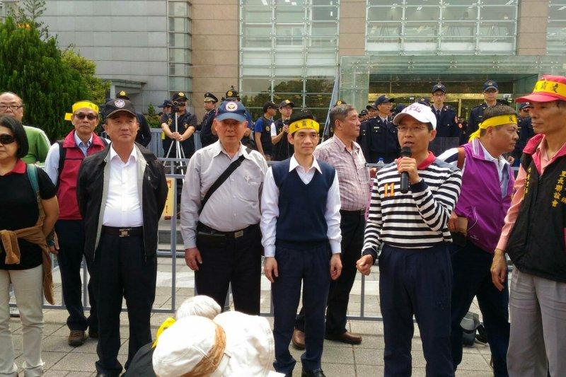 年金改革中區座談會外,有不少民眾前往抗議。(圖取自監督年金改革行動聯盟臉書)