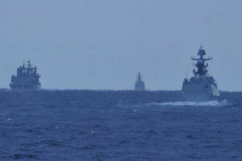 中國海軍軍艦通過津輕海峽的畫面,往西航行的畫面。(日本統合幕僚監部)