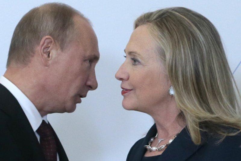 美國前國務卿希拉蕊(右)與俄羅斯總統普京(AP)