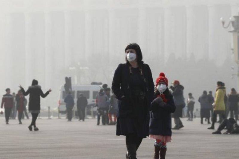 一名女子因戴口罩而被視為可疑分子-「整個城市都變成了當局的閱兵場,讓政府顯示自己有多麼認真地阻止騷亂。」(示意圖,AP)