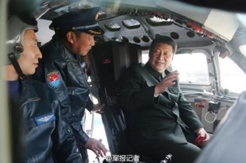2015年2月16日,習近平視察駐西安部隊時登上轟-6K轟炸機。(中國人民網)