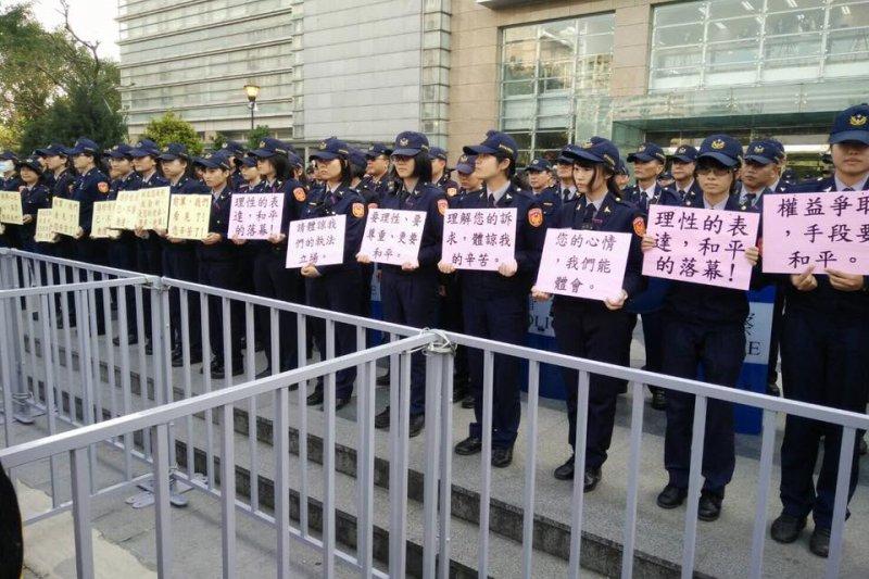 2017年1月7日年金改革分區座談會場,女警站在第1排,手持標語呼籲抗議者理性表達,和平落幕。(翻攝自臉書)