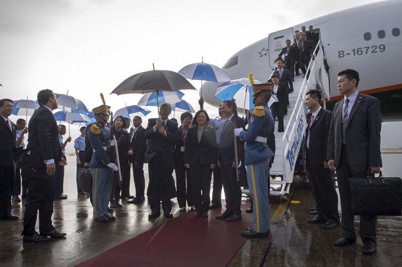 2017-01-09-蔡英文抵達宏都拉斯-於機場獲軍禮迎接-總統府提供