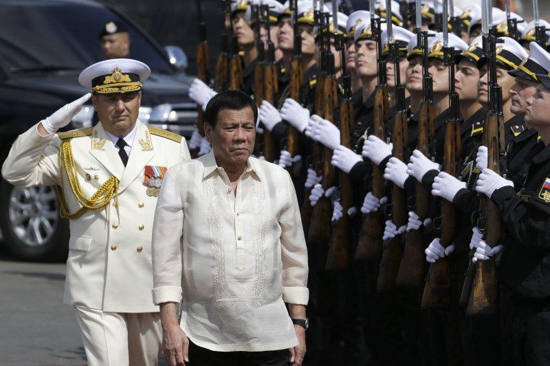 菲律賓總統杜特蒂校閱來訪的俄國海軍。(美聯社)