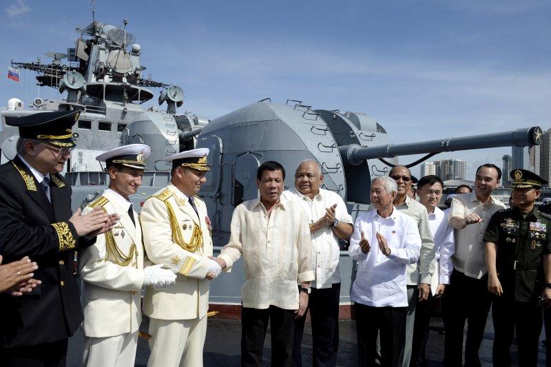 菲律賓總統杜特蒂登上俄軍「特里布茨海軍上將」(Vladimir Tributs)號反潛艦參觀。(美聯社)