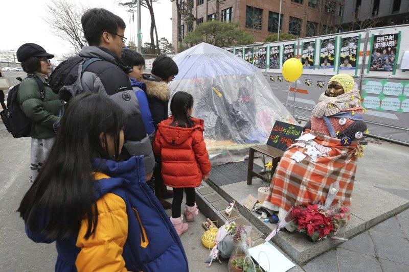 日本駐南韓大使館外的慰安婦少女像。(美聯社)