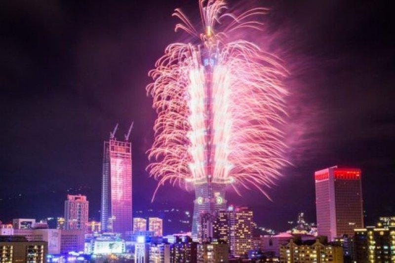 201612月31日台北101新年夜煙火。(BBC中文網)