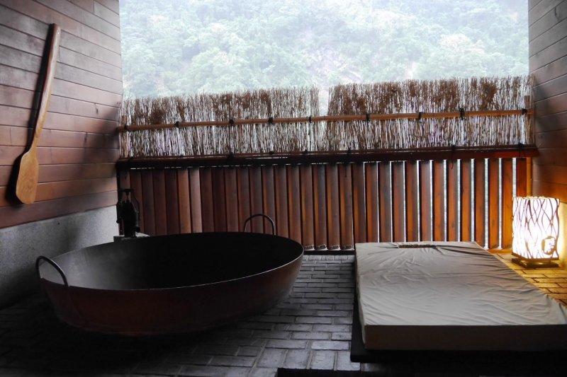 冬天裡泡上暖烘烘的溫泉,真是放空身心靈的享受。(圖/烏來璞石麗緻飯店提供)