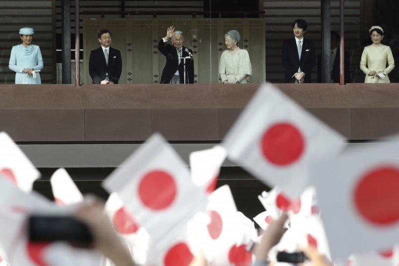 日本皇室成員2日在皇居向民眾拜年,明仁天皇在防彈的陽台上向高呼「萬歲」的民眾揮手致意。(美聯社)