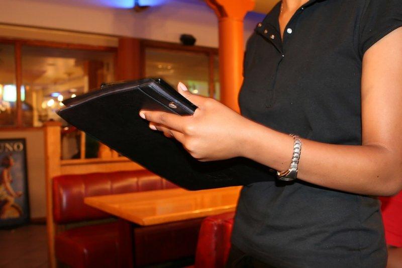 美國維吉尼亞州黑人女服務生卡特遇上奧客,在收據上留言羞辱她。(圖取自Pixabay)