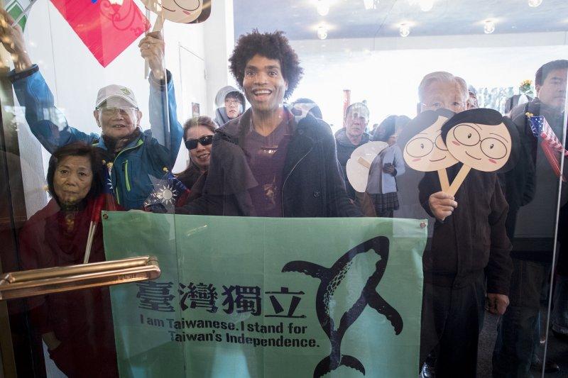 2017-01-09-蔡英文離開宏都拉斯-送機民眾-取自總統府