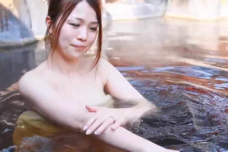 天氣冷就想泡湯啊!但你知道泡湯一定要注意的2大皮膚問題嗎?(翻攝自youtube)