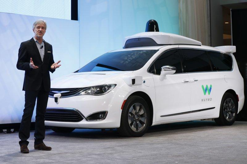 自駕車商業化會殺死多少司機工作?圖為谷歌Waymo執行長克拉夫奇克與自駕車(AP)