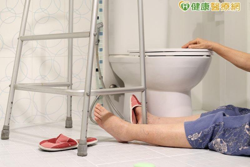老年人在家摔倒,沒有謹慎處理可能致命!(圖/健康醫療網提供)