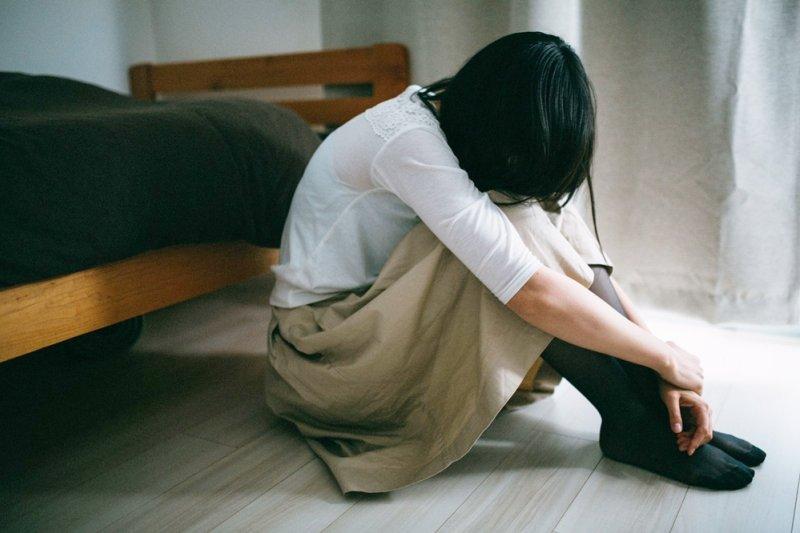 出現嚴重的經痛時,千萬別自行買止痛藥來吃吃就了事(圖/すしぱく@pakutaso)