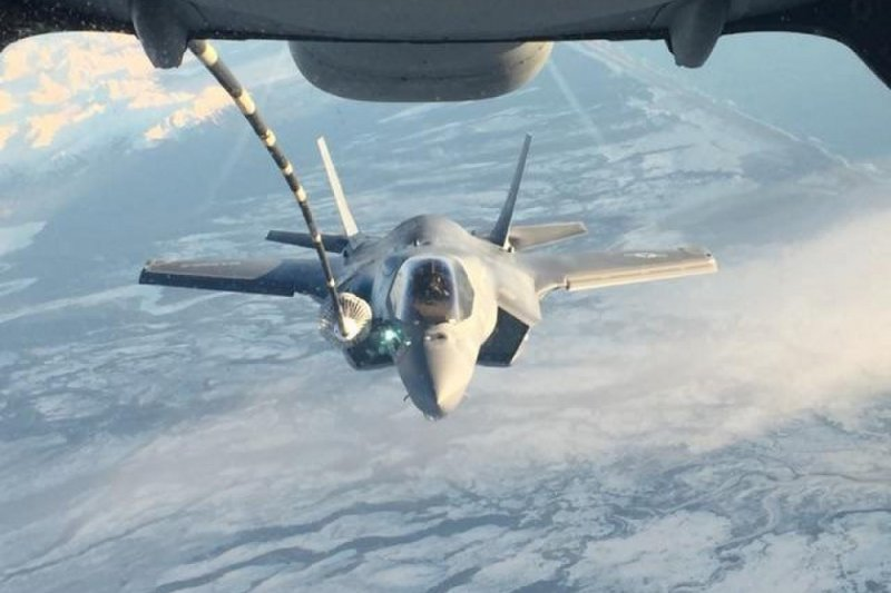 美軍VMFA-121中隊年初移防岩國基地時,也曾在途中進行空中加油。(美國陸戰隊)