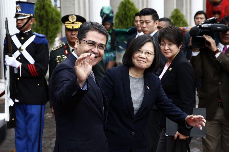 蔡英文總統與宏都拉斯總統葉南德茲(Juan Orlando Hernandez)。(資料照,美聯社)