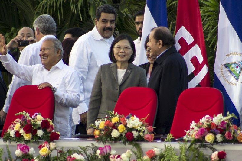 蔡英文總統參加尼加拉瓜總統奧迪嘉(右一)第三任任期的就職典禮,適逢中國遼寧艦穿越台灣海峽北返,蔡英文即在當地舉行國安高層會議。(美聯社)