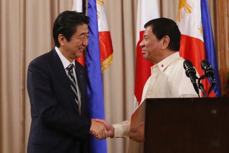 日本首相安倍晉三(左)和菲律賓總統杜特蒂(右)(AP)
