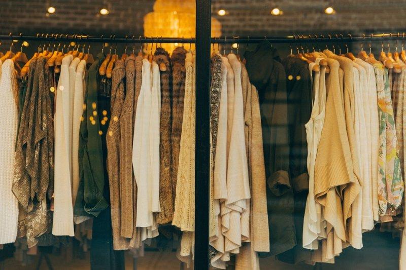綠色和平23日公布台灣消費習慣與心理調查,光是20到45歲的民眾,每年就花1620億的金額購買衣服,是將近3棟台北101的造價。(圖/Pixabay)