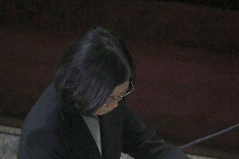 總統蔡英文在瓜地馬拉國會演說後,於貴賓簿上簽名留念。(中央社提供)