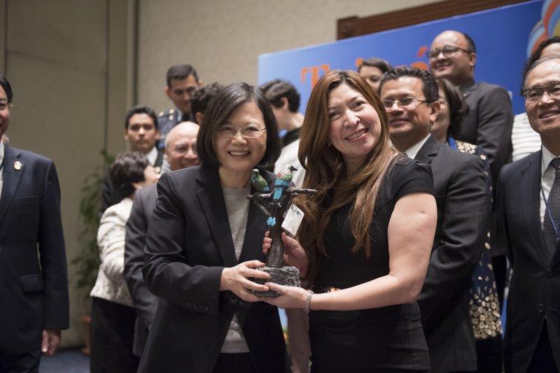 總統蔡英文(左)與留臺獎學金生與薩國青年座談,她表示,台灣和薩爾瓦多「分享共同的價值,也格外珍惜彼此的友誼」。(總統府提供)