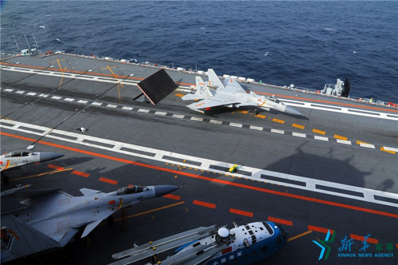 中國海軍遼寧艦準備放飛殲-15艦載戰鬥機(新華社)