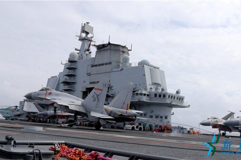 中國海軍遼寧艦,殲-15艦載戰鬥機尾鉤掛住阻攔索著艦(新華社)