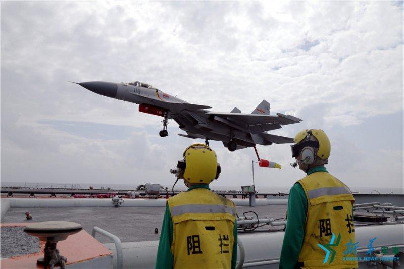 中國海軍遼寧艦,殲-15艦載戰鬥機放下尾鉤準備著艦(新華社)